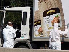 Rakouská policie našla v odstaveném chladírenském voze desítky mrtvých běženců.