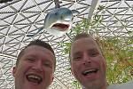 Registrovaný manželský pár Robert Zauer (40 let) a Tomáš Kavalec (38 let) z Teplic, selfíčka z cestování po světě. Místo - skleník Tropica Island v Německu.