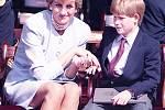 Média často obdivují, že v mnoha ohledech kráčejí princové William a Harry ve šlépějích své matky. Právě to, čemu je naučila, jim nyní zajišťuje velkou popularitu mezi britským lidem. Na snímku Diana se synem Harrym při oficiální události.