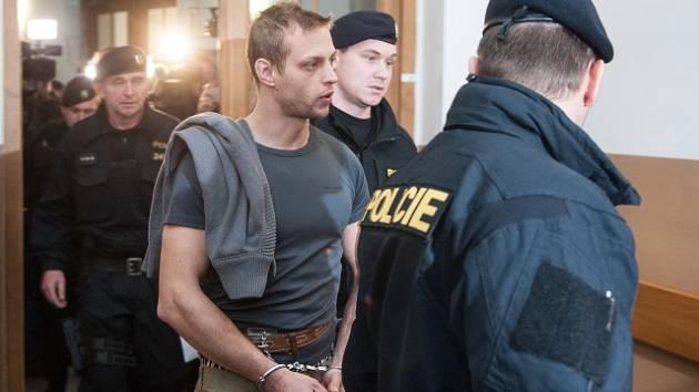 Jeden ze dvou mužů (třetí zprava) podezřelých z přepadení čerpací stanice v Nelahozevsi na Mělnicku, při kterém byla zavražděna čerpadlářka.