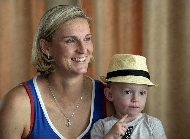 Oštěpařka Barbora Špotáková se svým synem Jankem