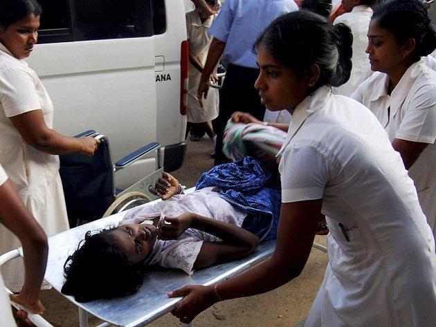 V pasti bojů na severovýchodě Srí Lanky uvízlo na 230 tisíc civilistů.