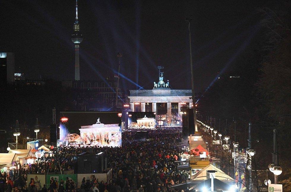Bujaré oslavy před Braniborskou bránou v Berlíně…