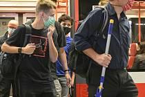 Cestující s rouškami v metru