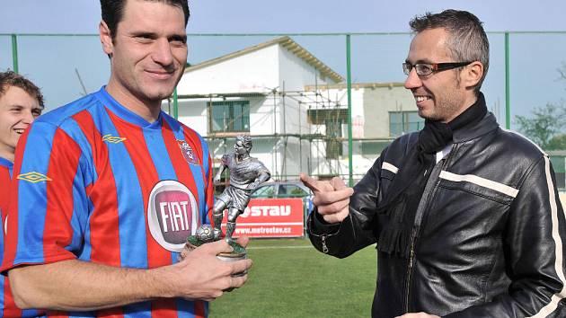 Bohuslav Strnadel (vlevo) dal loni v přeboru 31 branek. Cenu mu předal Tomáš Nohejl.