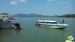 Rychlé lodě vyrážející z přístavu Pak Bara na ostrovy v Národním parku Tarutao