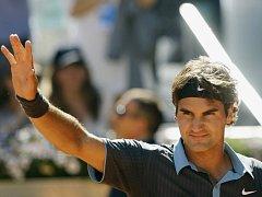 Roger Federer slaví, ve finále antukového turnaje v Madridu porazil Rafaela Nadala.