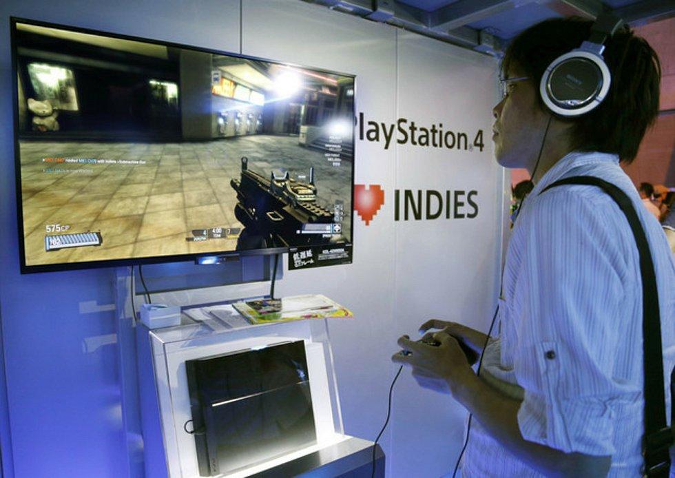 Herní konzole PlayStation 4, počítačová hra - ilustrační foto.