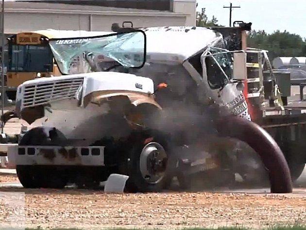 V Americe hledají způsob, jak zastavit nákladní auto naložené výbušninami.