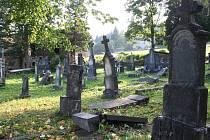 Zanedbaný hřbitov v Ostružné. Smutný pohled