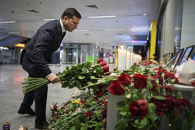 Ukrajinský prezident Volodymyr Zelenskyj položil 9.ledna 2020květiny na pietní místo na letišti uKyjeva, které vzniklo po pádu ukrajinského letounu uTeheránu.