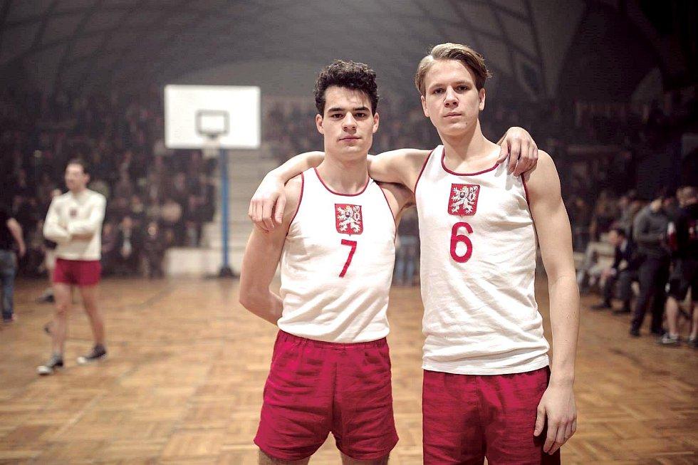 Zdeněk Pištula ve sportovním dramatu Zlatý podraz (2018)  s Filipem Březinou.