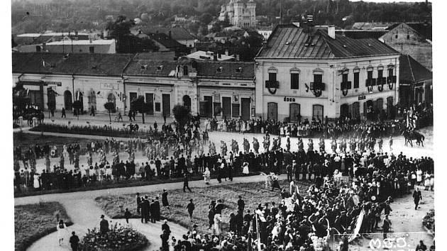 Maďarská vojska pochodují po vpádu do Rumunska 8. září 1940 městem Zalău, centrem sedmihradské župy Sălaj. Den na to došlo v nedaleké obci Treznea k masakru