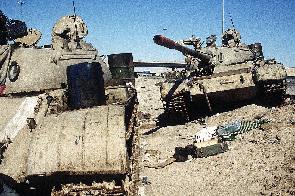 Dva opuštěné irácké tanky ve městě Kuvajt 26. února 1991