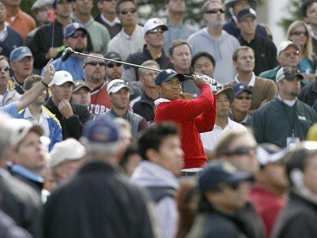 Tiger Woods odpaluje během prvního dne Presidents Cupu.