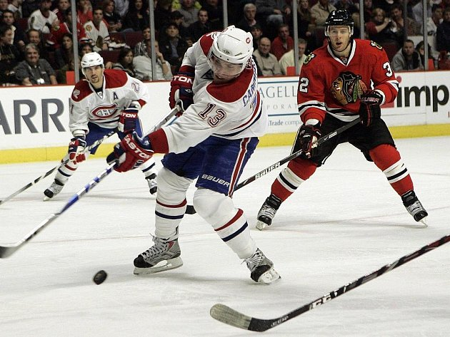 Montreal prohrál na ledě trsdičních rivalů z Chicaga 2:3. Na snímku střílí útočník Canadiens Mike Cammalleri, přihlíží bek Blackhawks Kris Versteeg.