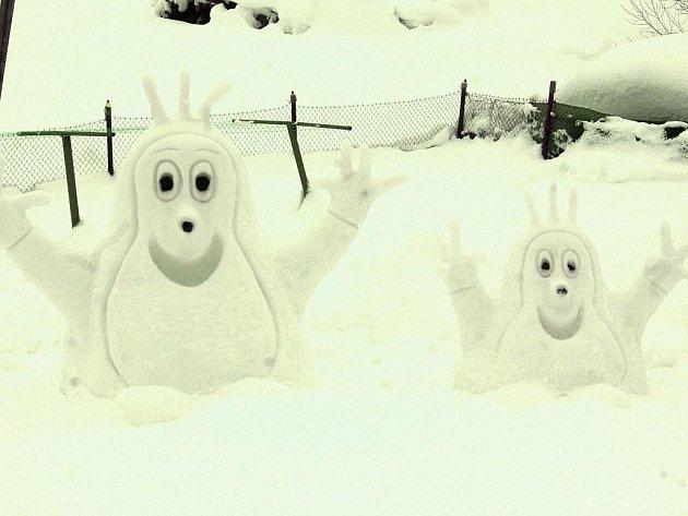 Ledové sochy jsou atrakcí v horské Bublavě na zahradě rodiny Rousových. Nechybí tam opět krtčí rodinka, ze které mají největší radost děti.