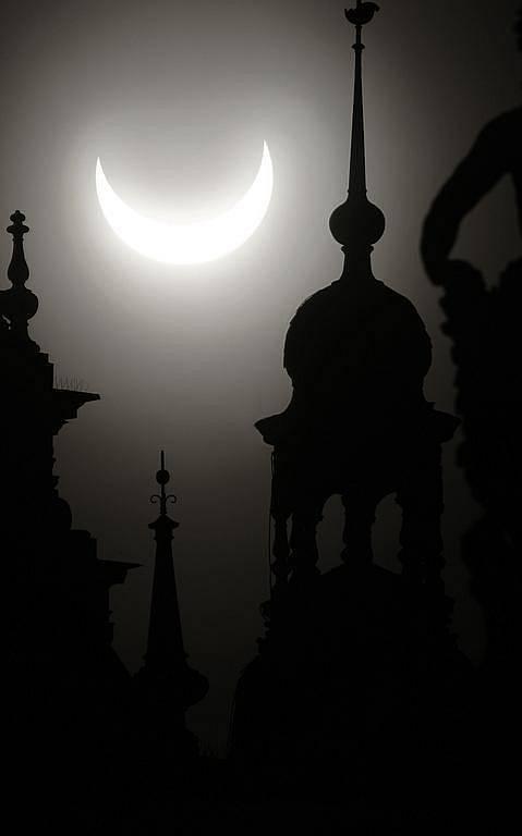 Nad Českou republikou začalo 4. ledna krátce po osmé hodině částečné zatmění Slunce.