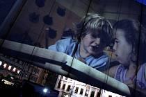 Pojízdné kino bratří Čadíků křižuje v létě republikou - tento snímek je z promítání v Českých Budějovicích.
