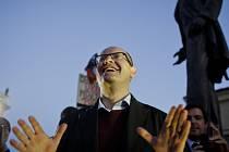Několik stovek lidí přišlo 28. října na pražské Hradčanské náměstí podpořit předsedu ČSSD Bohuslava Sobotku.