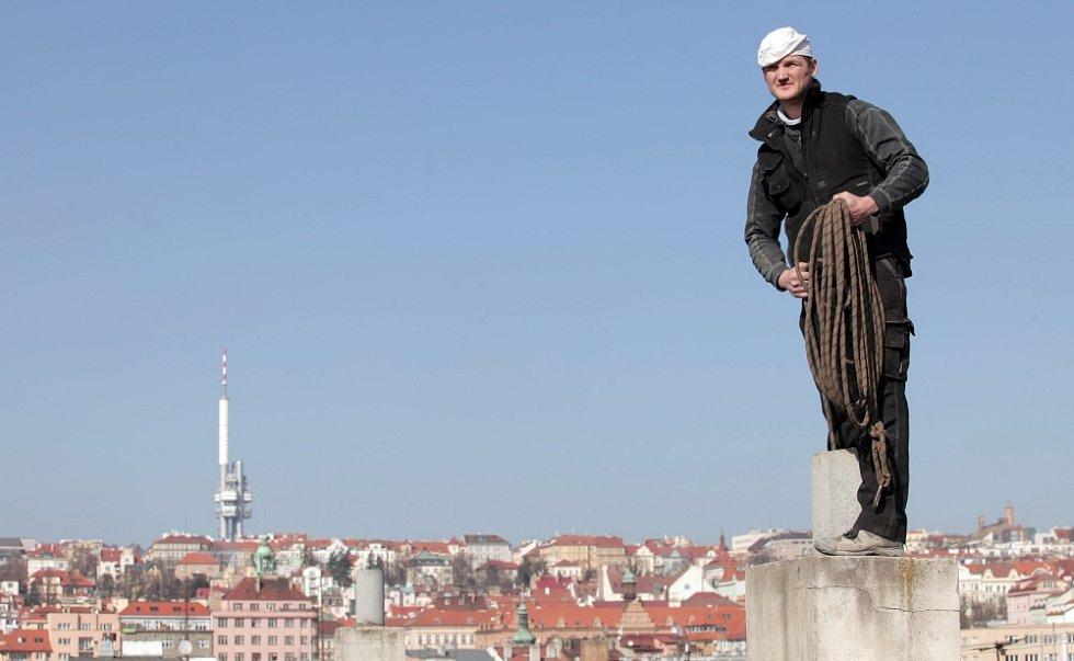 I komín potřebuje jarní úklid. S kominíkem Michalem Fričem na střeše domu ve Vršovicích.