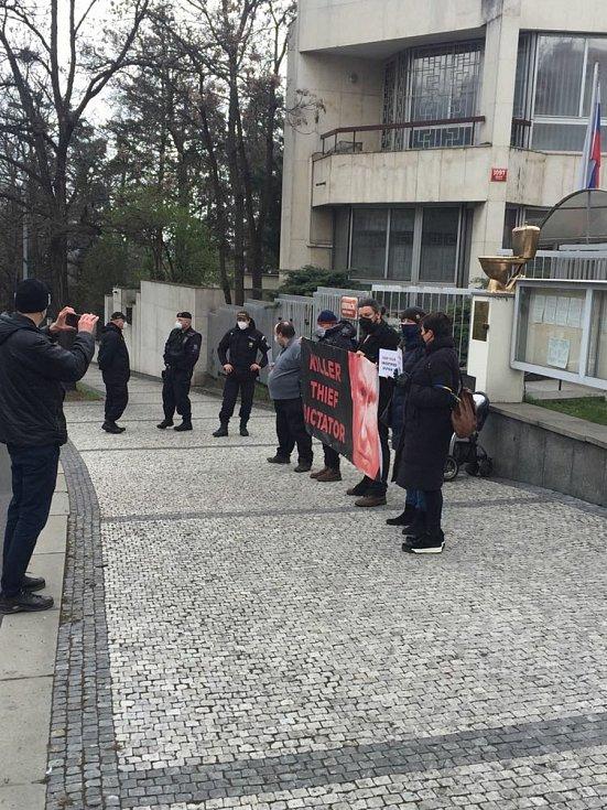 Aktivisté před ruskou ambasádou.