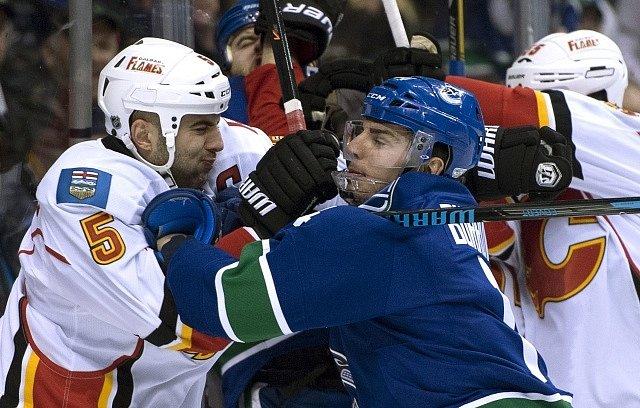 Alex Burrows z Vancouveru a Mark Giordano z Calgary