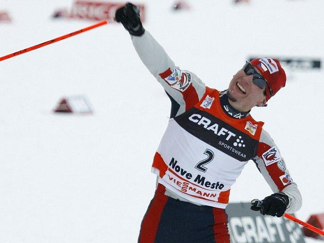 Lukáš Bauer se raduje v cíli stíhačky na 15 km volně v Novém Městě na Moravě.