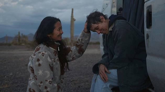 Čínská režisérka Chloé Zhaoová (vlevo) a americká herečka Frances McDormandová během natáčení filmu Země nomádů