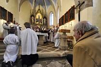 Zhruba dvě stě lidí dnes přišlo na mši do kostela v Čihošti na Havlíčkobrodsku, která připomněla čihošťský zázrak. V kostele se před 65 lety samovolně pohnul kříž, jak tenkrát vypovídali svědci události.