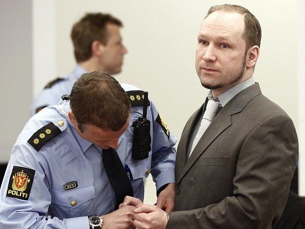 """Anders Behring Breivik s vyšetřovateli od počátku spolupracoval, vypovídal a trval na tom, že svůj čin vysvětlí. """"Bez problémů se přiznal jak k bombovému útoku, tak ke střelbě,"""" zmínil v jedné ze svých knih odborník na terorismus Ramon Spaaj."""