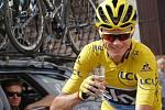 Šampaňské a úsměv. Chris Froome oslavuje vítězství na Tour de France.