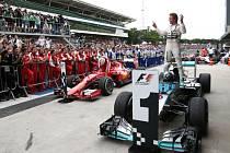 Nico Rosberg se raduje z vítězství ve Velké ceně Brazílie.
