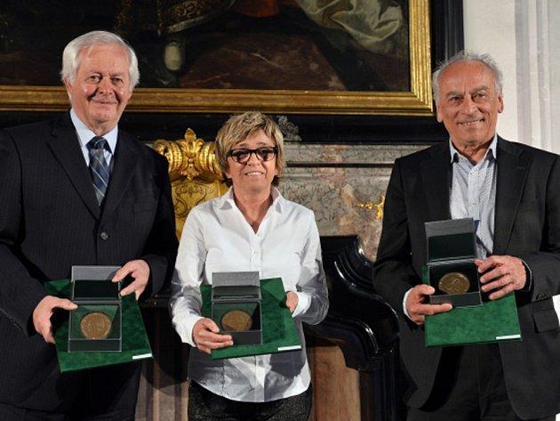 Ceny Václava Jíry dostali (zleva) někdejší svazový funkcionář František Sahula, bývalá hráčka Jaroslava Rinnerová-Poláčková a trenér František Cipro.