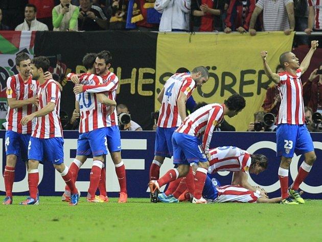 Fotbalisté Atlétika Madrid se radují z gólu ve finále Evropské ligy.