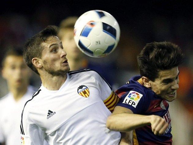 Marc Bartra z Barcelony (vpravo) a Pablo Piatti z Valencie.