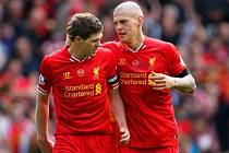 Fotbalisté Liverpoolu Steven Gerrard (vlevo) a Martin Škrtel se radují z gólu proti Manchesteru City.