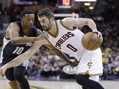 Kevin Love z Clevelandu (vpravo) a Troy Williams z Memphisu.