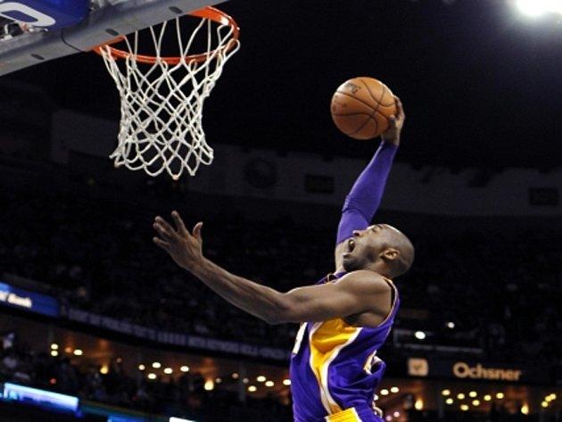 Kobe Bryant se prosazuje v utkání s New Orleans.