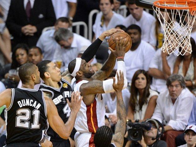 LeBron James (v bílém) se zavěsit míč proti San Antoniu.
