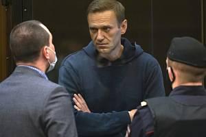 Opoziční předák Alexej Navalnyj hovoří u soudu se svými právníky