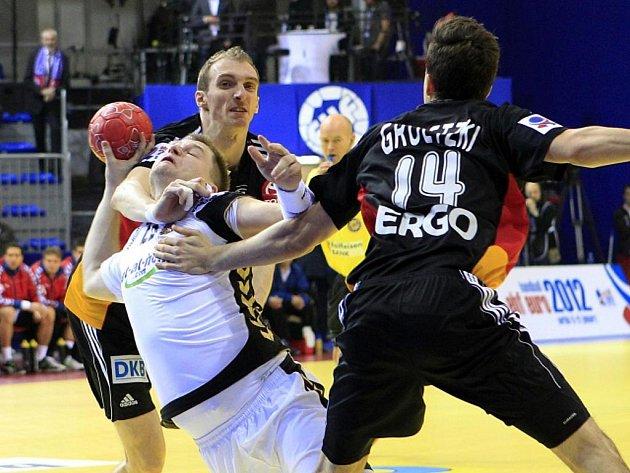 Tomáš Sklenák (v bílém) se na mistrovství Evropy probíjí německou obranou.