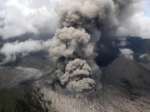 Mohutné sloupy popela znovu chrlí do ovzduší sopka Bromo v Indonésii. Několik mezinárodních leteckých společností zrušilo kvůli popílku lety na turisty hojně navštěvovaný ostrov Bali.