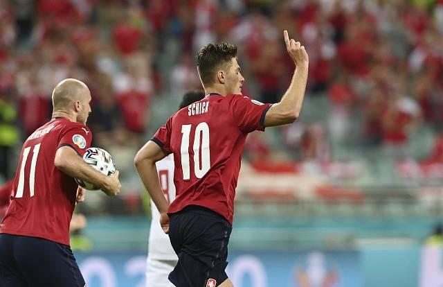 Patrik Schick svým pátým gólem na Euru snížil na 1:2.