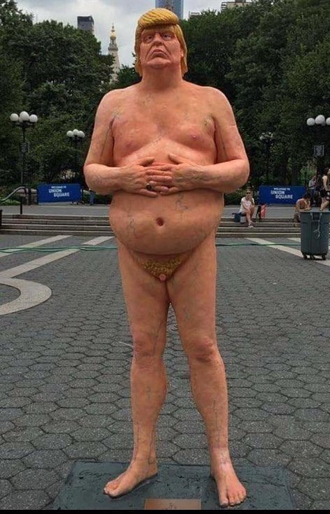 Socha nahého Donalda Trumpa vytvořená v srpnu 2016 před prezidentskými volbami.