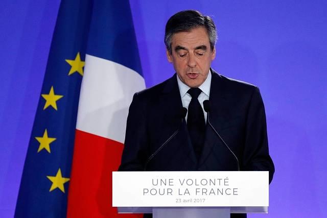 Francois Fillon uznal porážku a řekl, že za dva týdny podpoří Macrona