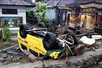 Vlna tsunami si v Indonésii vyžádala desítky mrtvých