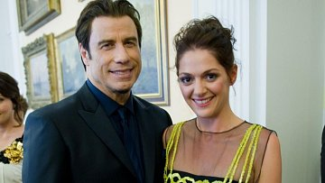 John Travolta přijel bez své ženy Kelly Preston a tak mu šoupli krásnou, ale věčně single Kláru Issovou. Ta hrála v několika zahraničních filmech, takže umí mimo jiné dobře anglicky...