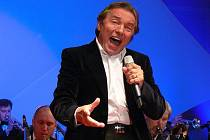 V Prostějově vystoupil v pátek Karel Gott, který megakoncertem na zimním stadionu oslavil své sedmdesátiny.