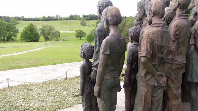 Pomník zabitých lidických dětí od sochařky Marie Uchytilové.